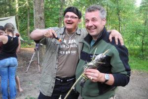Wildnispädagogik-Fische auf Feuer zubereiten